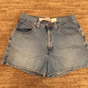 Gap light weight jeans shorts in women's size 4
